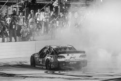 Il vincitore della gara e campione 2014 della NASCAR Sprint Cup 2014 Kevin Harvick su Chevrolet del team Stewart-Haas Racing festeggia