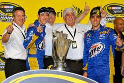 Brad Keselowski, Penske Racing Dodge celebrates avecPR Denny Darnell