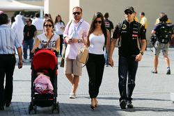 Pastor Maldonado, Lotus F1 Team con la moglie Gabriele e figlia Victoria