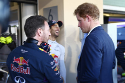 (Da sinistra a destra): Christian Horner, Red Bull Racing Team Principal con il principe Harry