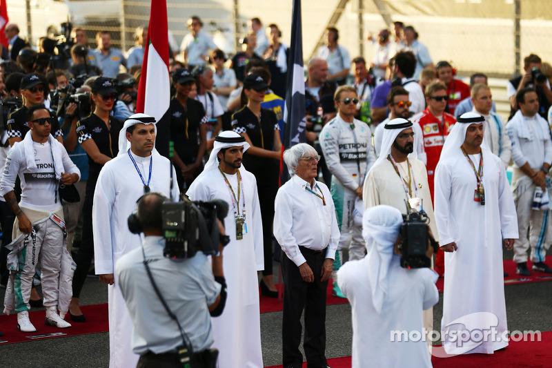 Bernie Ecclestone y los pilotos escuchan el himno durante la parrilla+