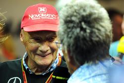 (Da sinistra a destra): Niki Lauda, Mercedes Presidente non esecutivo con Eddie Jordan, BBC Television Esperto