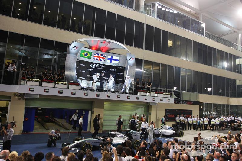 Il podio: Felipe Massa, Williams, secondo; Lewis Hamilton, Mercedes AMG F1, vincitore della gara e campione del mondo; Valtteri Bottas, Williams, terzo