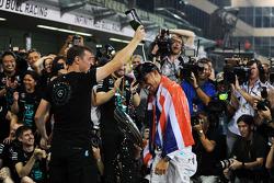 الفائز بالسباق وبطل العالم لويس هاميلتون، مرسيدس يحتفل مع فريقه