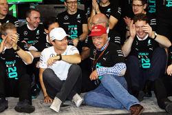 Nico Rosberg, Mercedes AMG F1, mit Niki Lauda, Mercedes, und Team