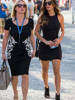 Lenda Hamilton y Nicole Scherzenger, cantante, madrastra y novia de Lewis Hamilton, Mercedes AMG F1
