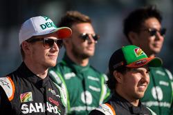 (Da sinistra a destra): Nico Hulkenberg, Sahara Force India F1 e Sergio Perez, Sahara Force India F1 nellafoto di fine stagione