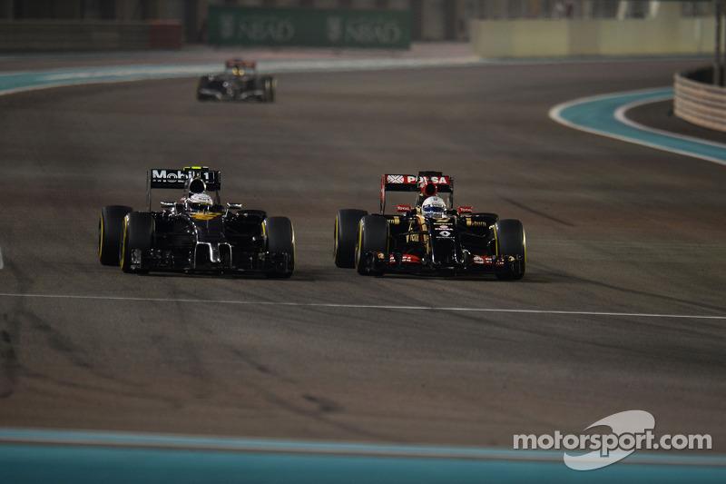 Kevin Magnussen, McLaren MP4-29 y Romaen Grosjean, Lotus F1 E22 pelean la posición