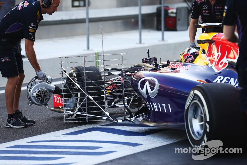 Carlos Sainz Jnr, Red Bull Racing RB10 Test Pilotu sensörlerle birlikte pistte