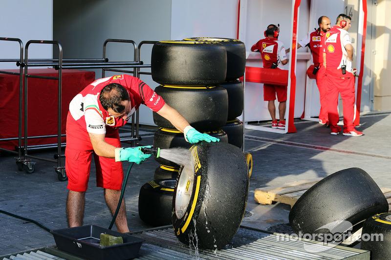 Ferrari mekanikeri Pirelli lastiklerini yıkıyor