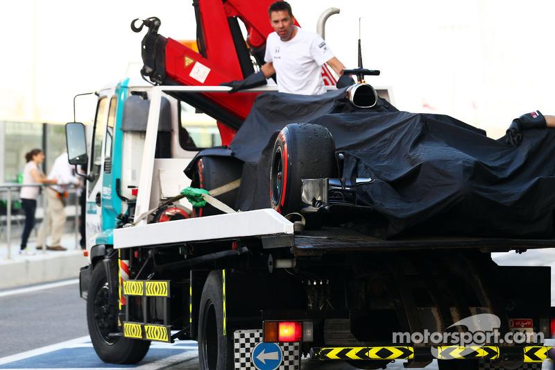 McLaren MP4-29H de Stdefel Vandoorne, el auto regresa en grúa