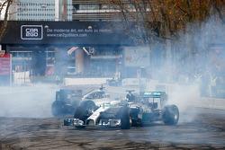 Льюис Хэмилтон и Нико Росберг. Шоу Stars and Cars от Mercedes AMG, Парад.