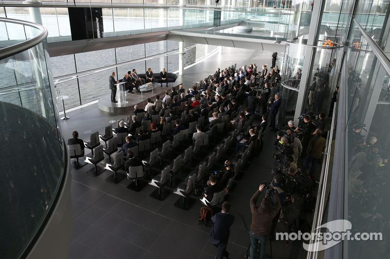 Yasuhisa Arai, Capo di Honda Motorsport, Jenson Button, Kevin Magnussen, Fernando Alonso e Ron Denni