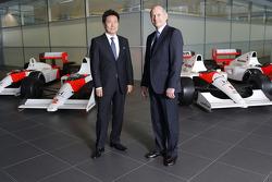 Yasuhisa Arai, 本田赛车首席执行官,简森·巴顿,凯文·马格努森,费尔南多·阿隆索,和罗恩·丹尼斯,迈凯伦主席和CEO