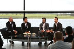 Yasuhisa Arai, Honda-Motorsportchef, Jenson Button, Fernando Alonso; Ron Dennis, McLaren