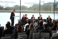 Yasuhisa Arai, director de Honda Motorsport, Jenson Button, Kevin Magnussen, Fernando Alonso y Ron D