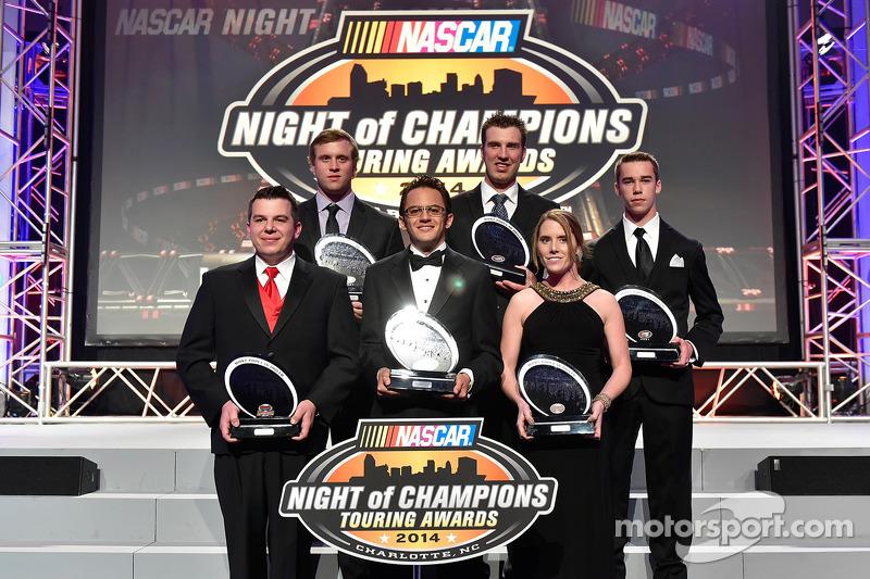 Andy Seuss, Brandon McReynolds, Rodrigo Marban, J.R. Fitzpatrick, Melissa Fiffield y Ben Rhodes reciben el trofeo a los Pilotos más Populares de sus respectivas series
