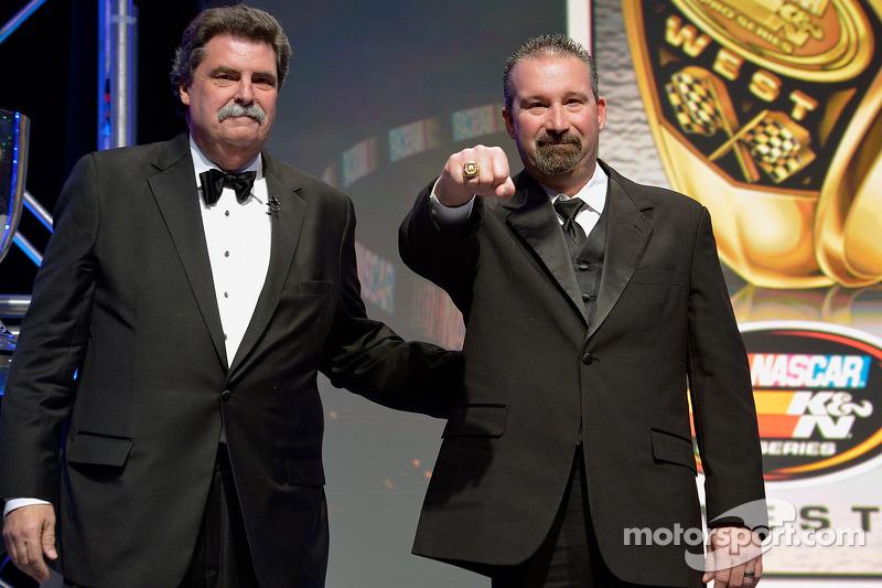 El campeón de NASauto K&N Pro Series West, Greg Pursley recibe su anillo del presidente de NASauto, Mike Helton