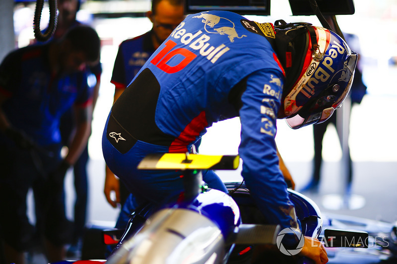 Pierre Gasly, Toro Rosso, climbs into his car