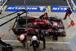 #38 Jackie Chan DC Racing Oreca 07 Gibson: Ho-Pin Tung, Gabriel Aubry, Stéphane Richelmi, pit stop