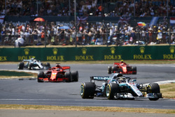 Lewis Hamilton, Mercedes AMG F1 W09, devant Sebastian Vettel, Ferrari SF71H, Kimi Raikkonen, Ferrari SF71H, et Valtteri Bottas, Mercedes AMG F1 W09