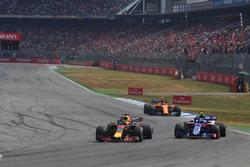Daniel Ricciardo, Red Bull Racing RB14 en Pierre Gasly, Scuderia Toro Rosso STR13