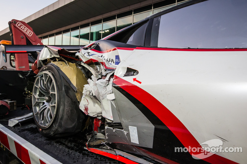#15 Glorax Racing Ferrari 458 Italia GT3 torna ai box dopo un incidente
