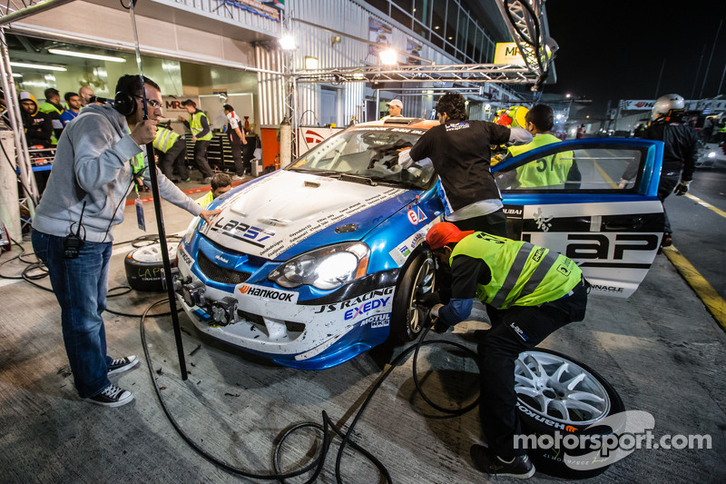 Pit stop untuk #57 LAP57 Racing Honda Integra Type R: Mohammed Al Owais, Abdullah Al Hammadi, Nader
