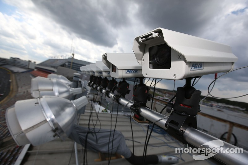 Cameras та sensors used to monitor pit road