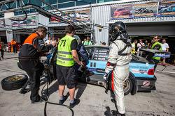 Pit stop para o # 78 JR Motorsport BMW E46 GTR: Harry Hilders, Gijs Bessem, Daan Meijer, Roger Grouwels