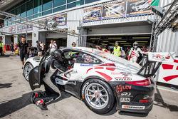 Pit stop para o # 20 MRS GT-Racing Porsche 991 Cup: Manuel Nicolaidis, Olivier Bahar, Thierry Blaise