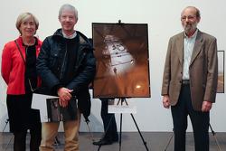 Henri Pescarolo présente le prix de la première place du concours Sarthe Endurance Photos à Franck Pellerin (catégorie amateur)