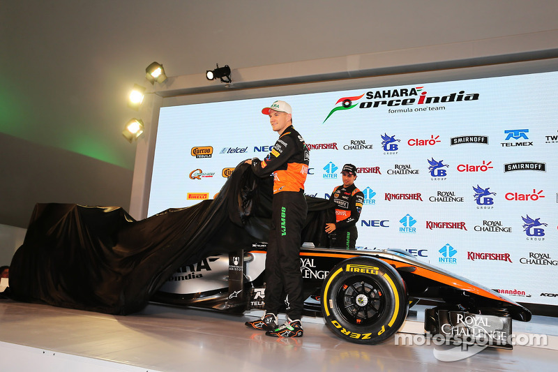 (da sinistra a destra): Nico Hulkenberg, Sahara Force India F1 e Sergio Perez, Sahara Force India F1 mostrano la livrea della 2015 Sahara Force India F1 Team