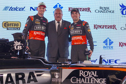 Sergio Pérez y Nico Hulkenberg, del Sahara Force India F1, con Dr. Vijay Mallya, propietario del Sahara Force India F1