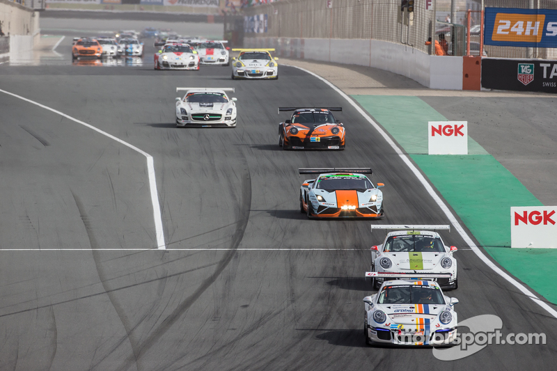 Pace lap: #7 Lechner Racing Middle East Porsche 991 Cup: Фахад Алгосаібі, Клеменс Шмід, Клаус Бахлер