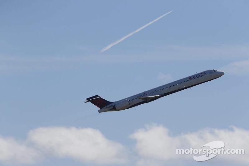 Un Delta MD-90 decolla dall'aeroporto di Daytona Beach