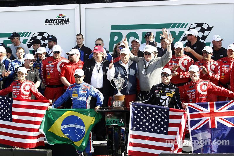 Podium: winners Scott Dixon, Kyle Larson, Jamie McMurray, Tony Kanaan, Chip Ganassi Racing