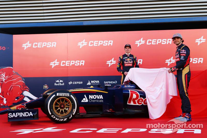 (Von links nach rechts): Max Verstappen, Scuderia Toro Rosso, und Teamkollege Carlos Sainz jr., Scuderia Toro Rosso, enthüllen den neuen Scuderia Toro Rosso STR10