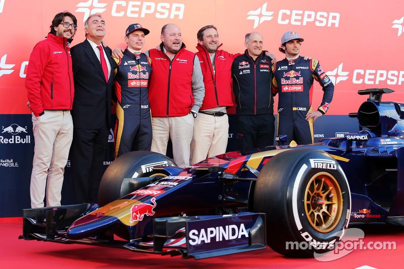 (da sinistra a destra): Il Vice Presidente Marketing Cepsa; Max Verstappen, Scuderia Toro Rosso; personale Cepsa; Franz Tost, Team Principal Scuderia Toro Rosso; e Carlos Sainz Jr., Scuderia Toro Rosso, alla presentazione della Scuderia Toro Rosso STR10