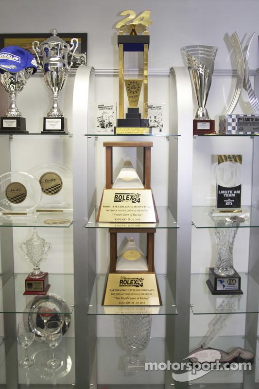 8Star Motorsports vários troféus no workshops da equipe