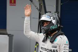 Nico Rosberg, de Mercedes AMG F1, llega a los pits luego de tener problemas en el circuito