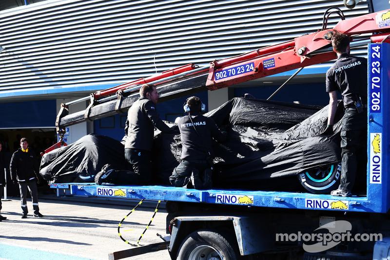 Der Mercedes AMG F1 W06 von Lewis Hamilton, Mercedes AMG F1, wird per Lastwagen zurück in die Box ge