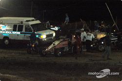 Les membres de l'équipe de sécurité convergent vers le lieu de l'accident de  Leighton Crouch