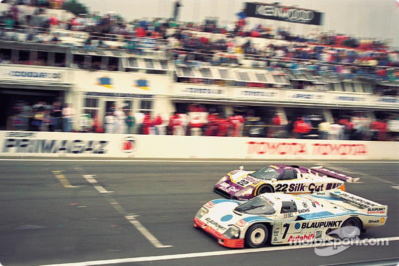 1988 год. Экипаж Дэвида Хоббса, Дидье Тейса и Франца Конрада, Porsche 962C (№7); экипаж Дерека Дэли, Кевина Когана и Ларри Перкинса, Jaguar XJR-9 (№22)