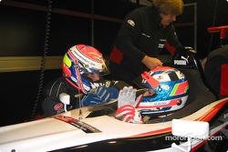 Matteo Bobbi ve Fabrizio Gollin discuss finer points, driving a Minardi F1x2 otomobil after a run