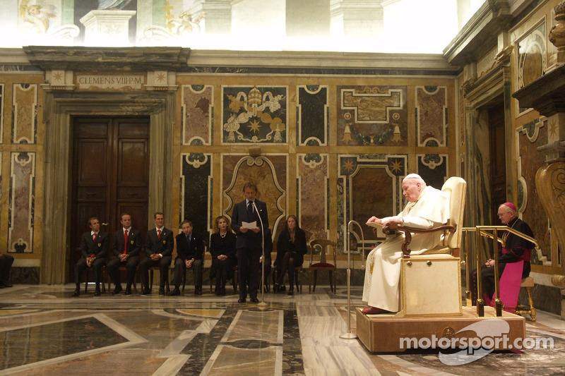 Президент Ferrari Лука ді Монтедземоло читає промову під час аудієнції у Папи Римського Івана Павла ІІ