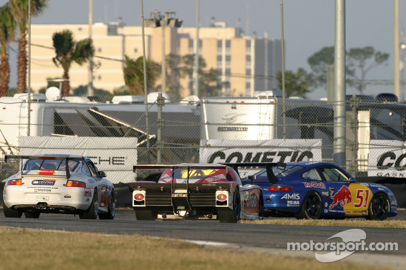 La CITGO - Howard - Boss Motorsports Pontiac Crawford N°2 (Milka Duno, Dario Franchitti, Dan Wheldon, Marino Franchitti) dépasse quelques GT