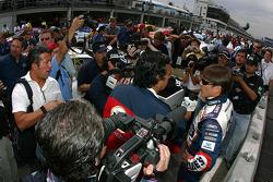 Adrian Fernández con los medios
