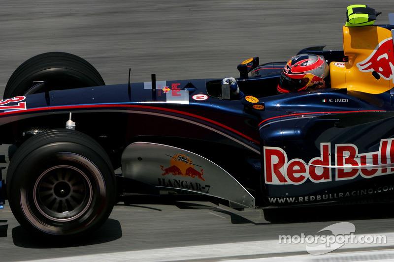 Перша зміна відбулася у 2005 році, ще до появи Toro Rosso. Red Bull замінила Крістіана Кліна на Вітантоніо Ліуцці на чотири етапи того сезону.