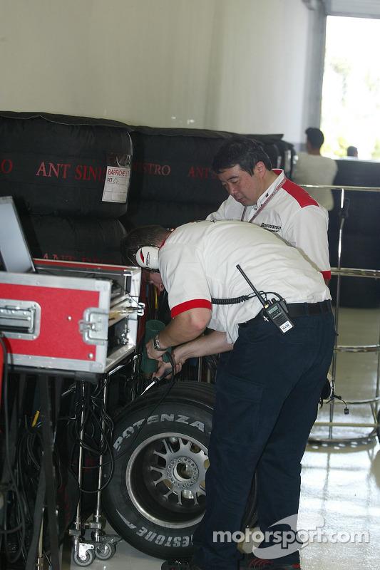 Técnicos de Bridgestone en el trabajo